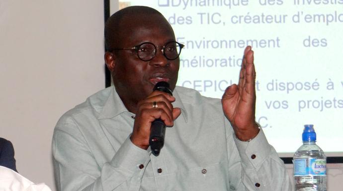 M. Emmanuel Essis Esmel, directeur général du Centre de promotion des investissements de Côte d'Ivoire, explique comment l'Eglise peut utiliser les technologies de l'information et de la communication pour réduire la pauvreté. Photo de Bernard Atheba