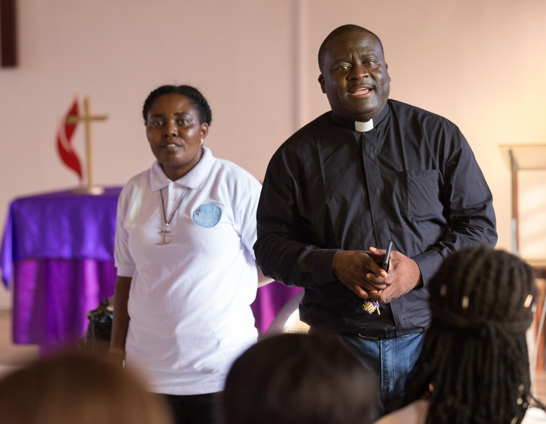 Les missionnaires Méthodistes Unis, Francine Mpanga Mufuk (à gauche) et le Rév. Jean Claude Masuka Maleka, dirigent une étude biblique à l'Église Méthodiste Unie de Nazareth à Abidjan (Côte d'Ivoire). Ce couple marié est originaire de la République Démocratique du Congo.
