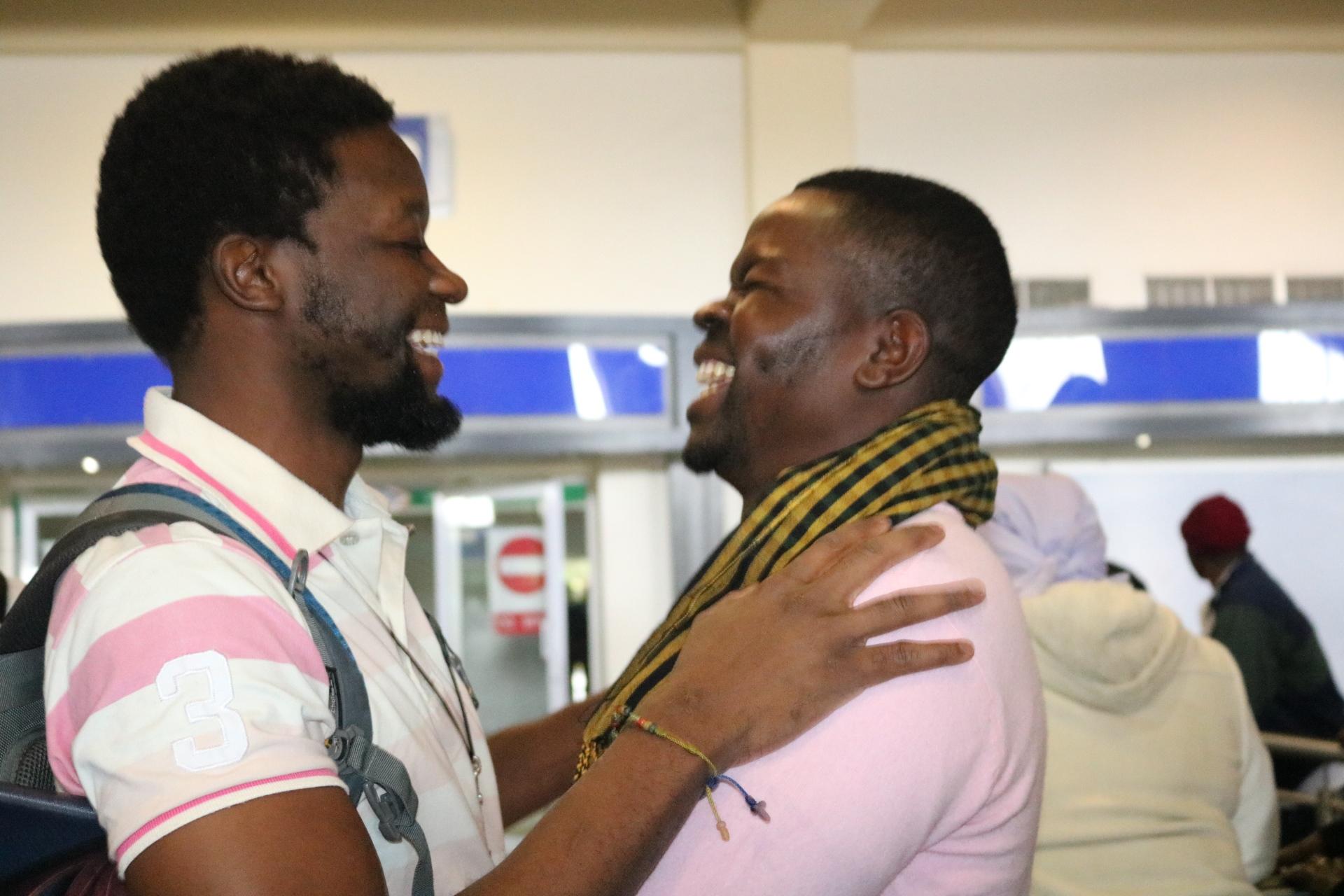 Tawanda Chandiwana es saludado por Russell Rusike, compañero de Misión Global, en el aeropuerto de Harare, Zimbabue. Chandiwana llegó el pasado 5 de julio procedente de las Filipinas, donde estuvo detenido desde el 9 de mayo.