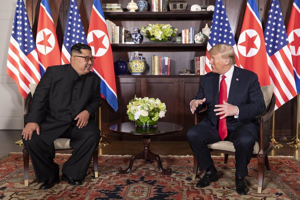 북한의 김정은 위원장(왼쪽)이 도널드 트럼프 대통령과 싱가포르 카펠라 호텔 정상 회담 중 대화를 나누고 있다. Photo courtesy of Dan Scavino Jr., Wikimedia Commons.