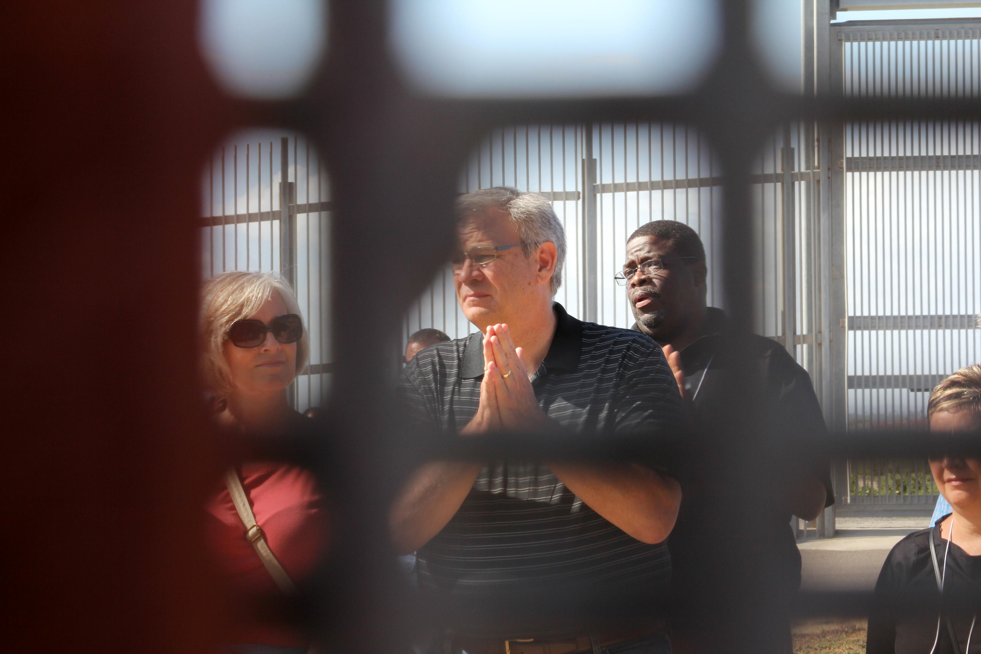 연합감리교 감독들이 멕시코에서 국경 분단선을 너머 미국의 우정의 공원을 바라보고 있다. 2014 file photo taken by Kathleen Barry, UMNS