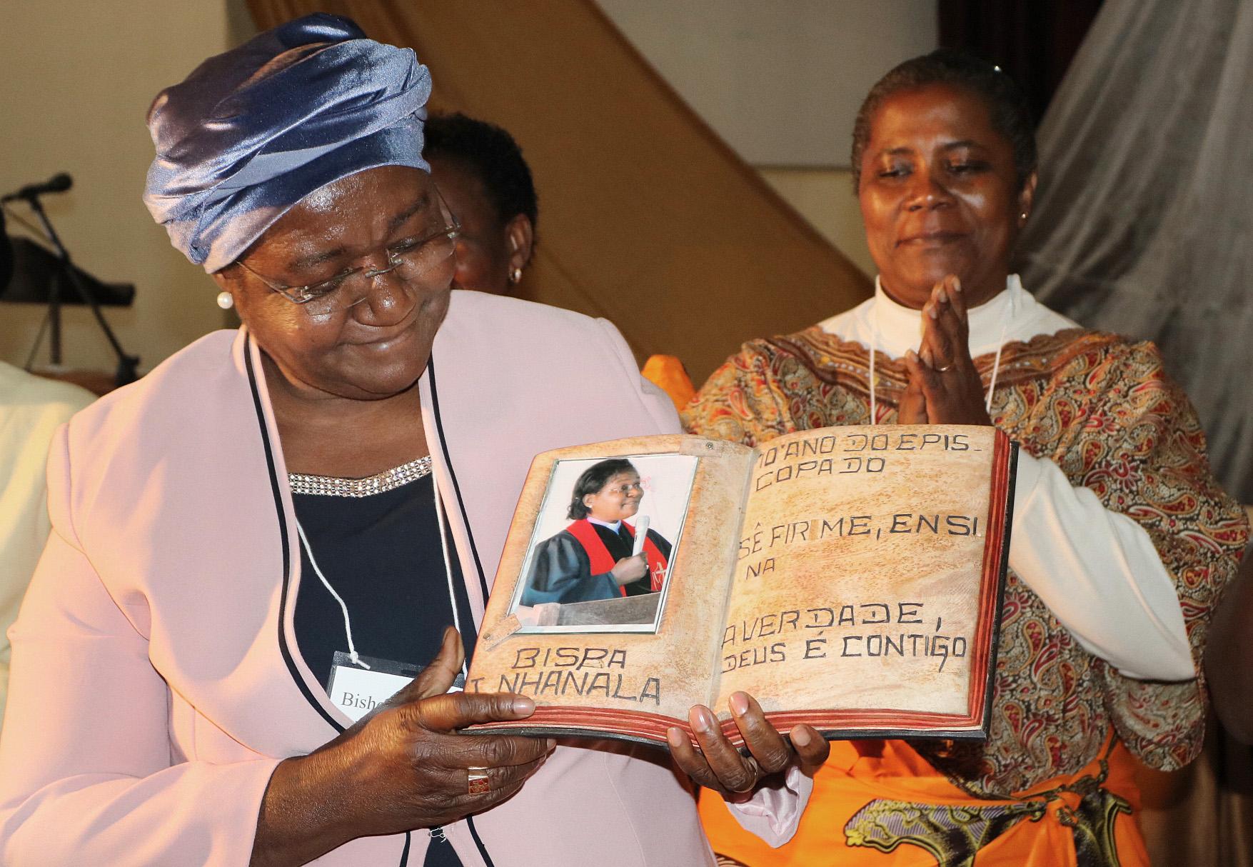 L'évêque Joaquina F. Nhanala du Mozambique reçoit une sculpture pour commémorer sa première decennie en tant que la seule femme évêque Méthodiste Unie en Afrique pendant une cérémonie à Africa University à Mutare (Zimbabwe). Photo d'Evelyne Chikwanah, UMNS.