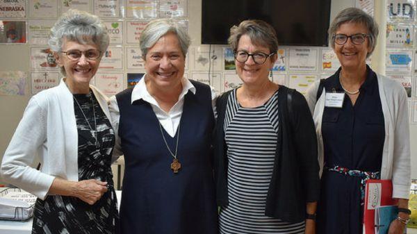 De izquierda a derecha: Obispa Peggy Johnson, Hermana Norma Pimentel, Obispa Sally Dyck y Obispa Hope Morgan Ward. Foto cortesía de Tricia Bruckbauer.