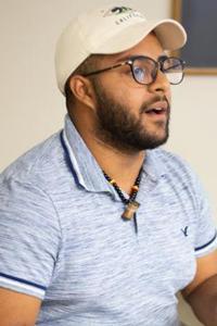 """Fernando Lopez, es puertorriqueño y percusionista: """"HYLA me ha ayudado a entender que no estamos solos en nuestras situaciones y que hay personas que están pasando por cosas iguales o peores que uno y que el acompañarse y apoyarse mutuamente nos ayuda a superar las situaciones, especialmente cuando lo hacemos en comunidad donde nos preocupamos los/as unos/as por los/as otros/as. Foto cortesía de HYLA."""