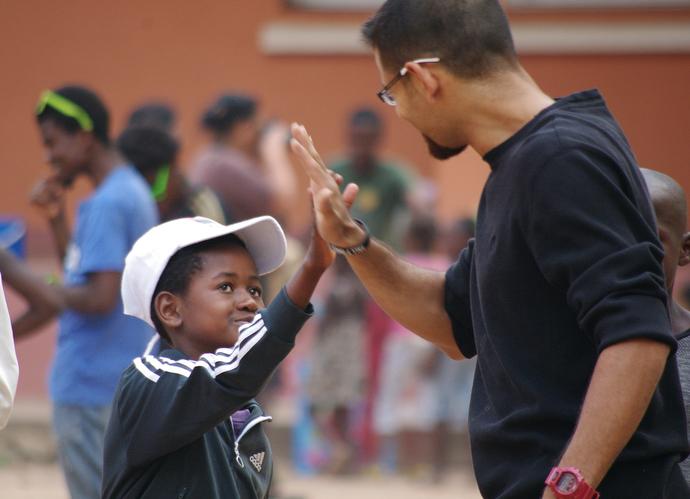 Jecssie Santiago (derecha) uno de los misioneros de la Conferencia Anual de Florida jugando con los niños durante el programa de recreación semanal que ofrece la misión. Foto: Rev. Gustavo Vasquez, Noticias MU.