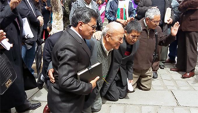 Foto cortesia do Expositor Cristão.  Pastores se reuniram para orar na Praça Murillo, na cidade de La Paz, capital da Bolívia.