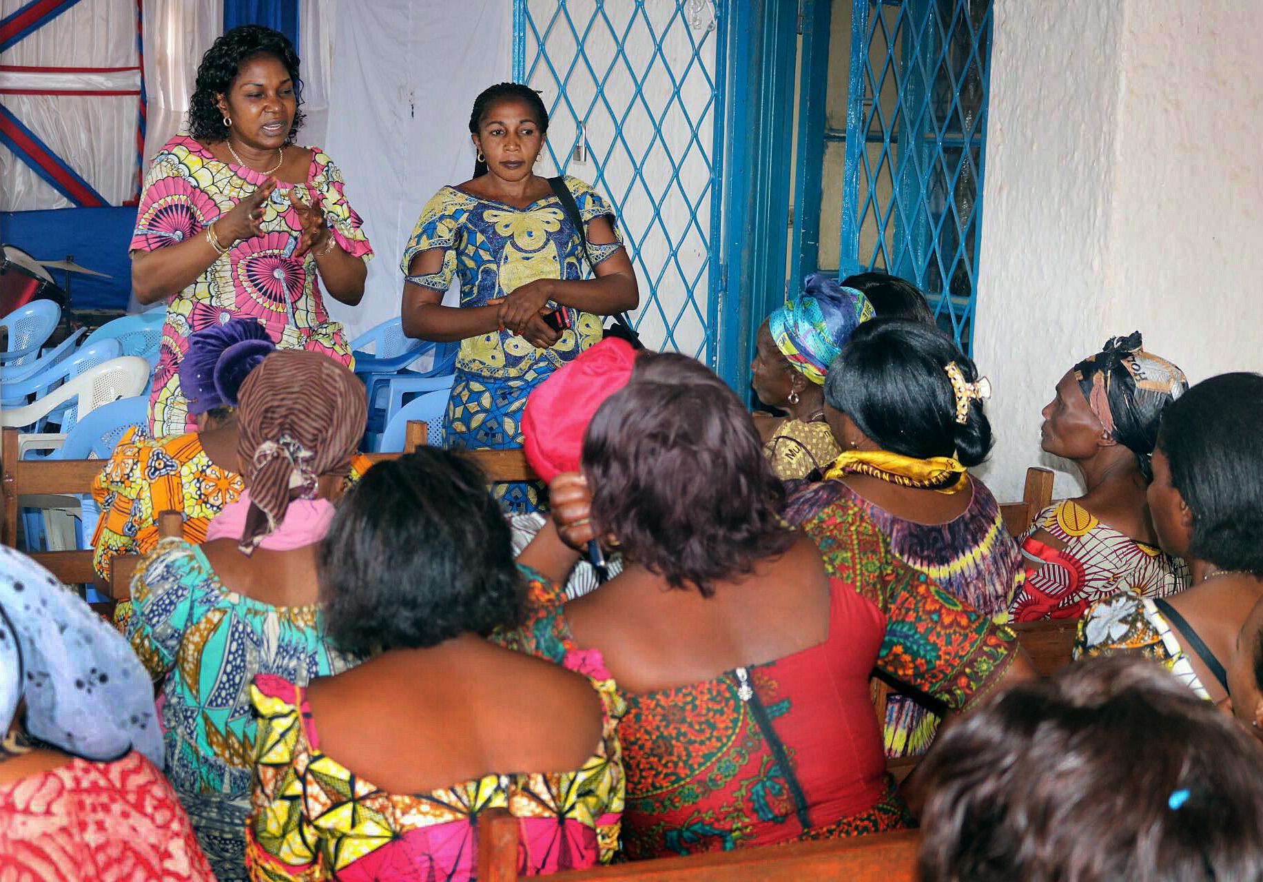 Dr Marie Claire Manafundu (côte gauche) forme des femmes sur les moyens de prévenir la propagation du virus Ebola au cours d'une classe à l'Eglise Méthodiste Unie Ibanda de Bukavu, au Congo.  Photo de Philippe kituka Lolonga, UMNS.