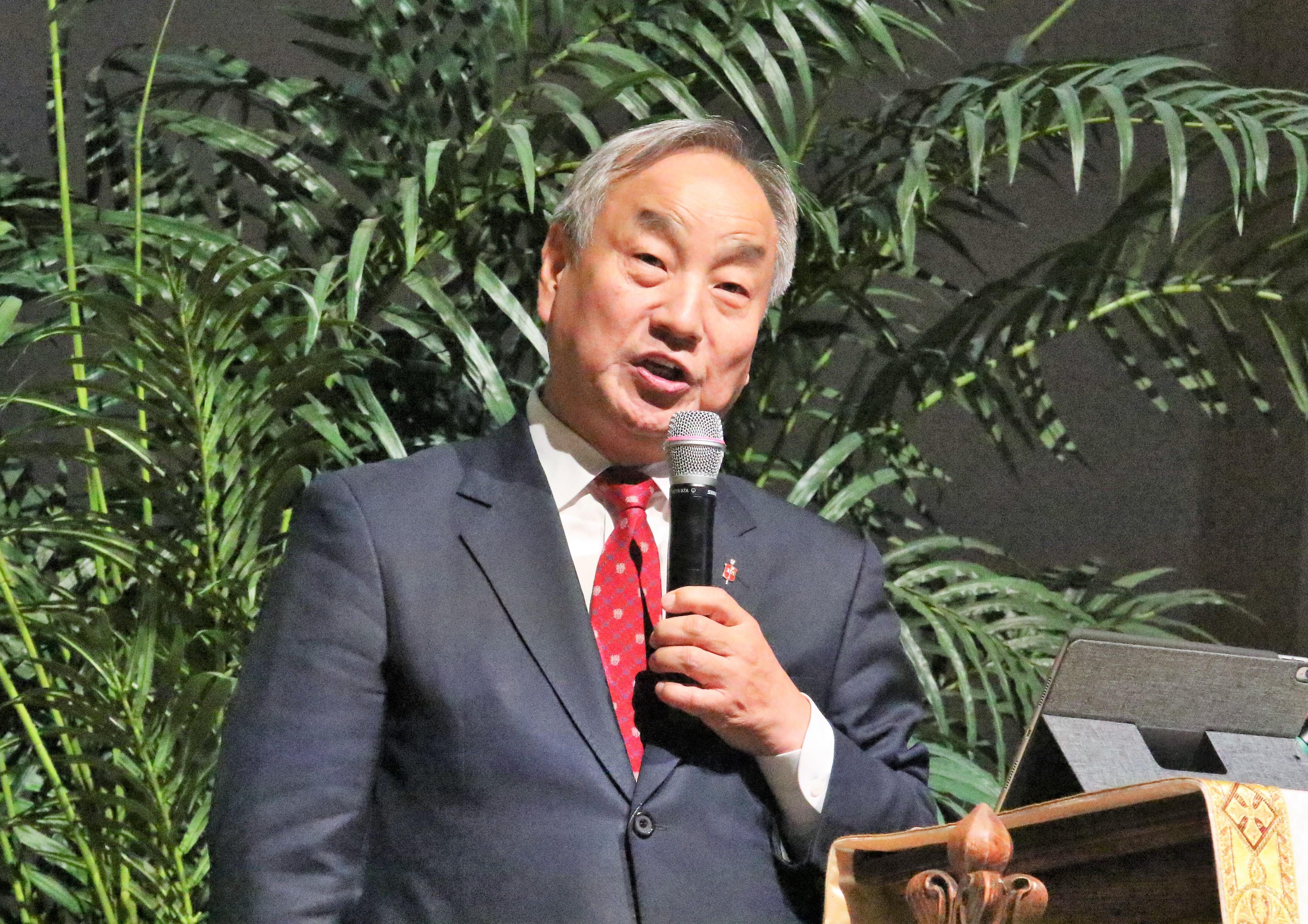 정희수 감독이 한반도 평화를 위한 원탁 회담 폐회 예배에서 인사말을 하고 있다. 사진 김응선 목사, UMNS