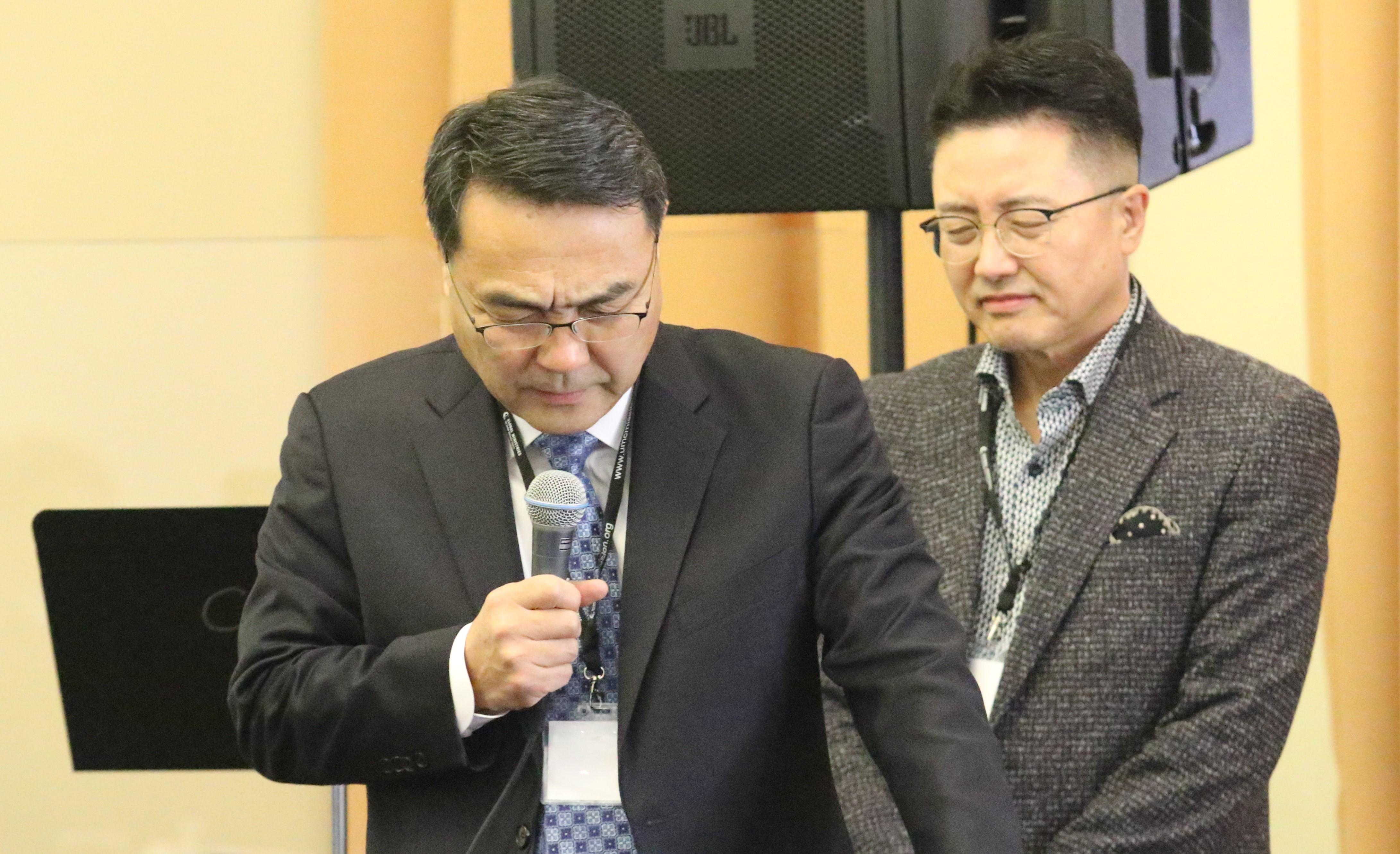 김정호 목사(왼쪽)가 모임을 위해 기도를 하고 있다
