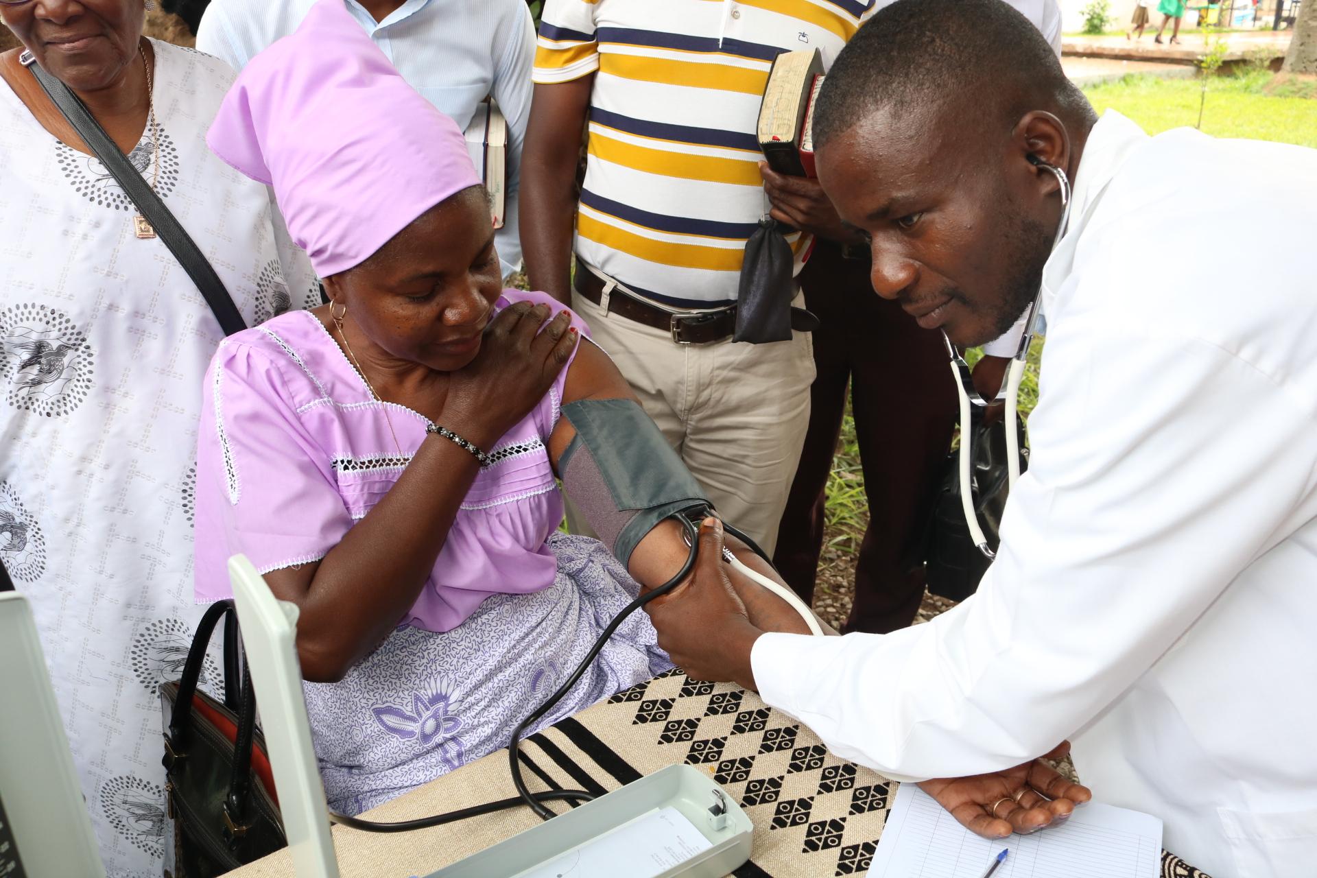 Dr. William Kawele medindo tensao do paciente Serfaina Muhongo. Photo por Nhanga Golcalves.
