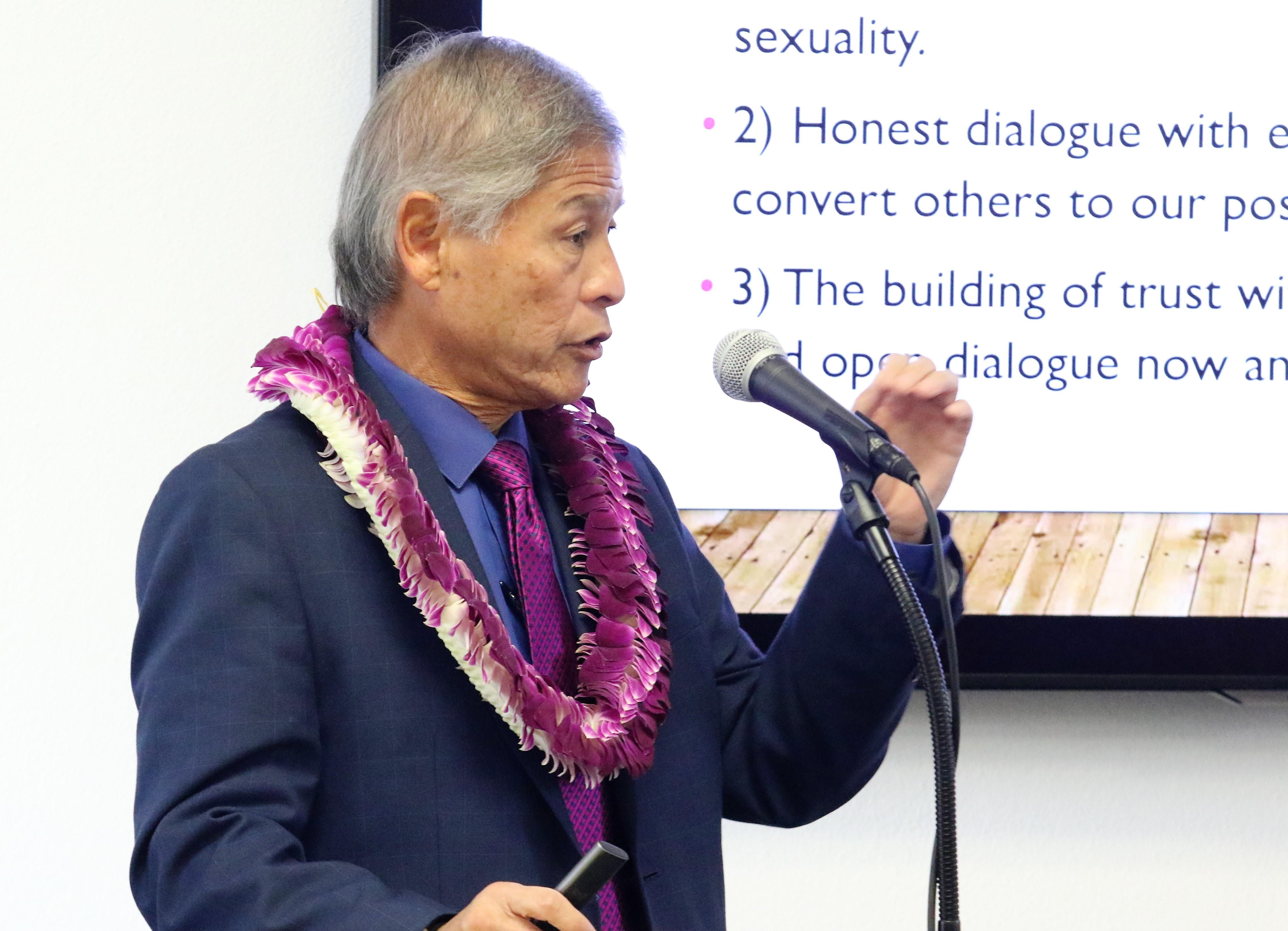 칼팩 연회의 그랜트 하기야 감독이 지난 12월 10-11일 캘리포니아주에 있는 클레어몬트 신학대학원에서 열린 태평양제도계 연합감리교인들의 모임에서 2019년 2월에 열릴 특별 총회에 제출된 세 가지 플랜에 대한 설명을 하고 있다. 사진 김응선 목사, UMNS.