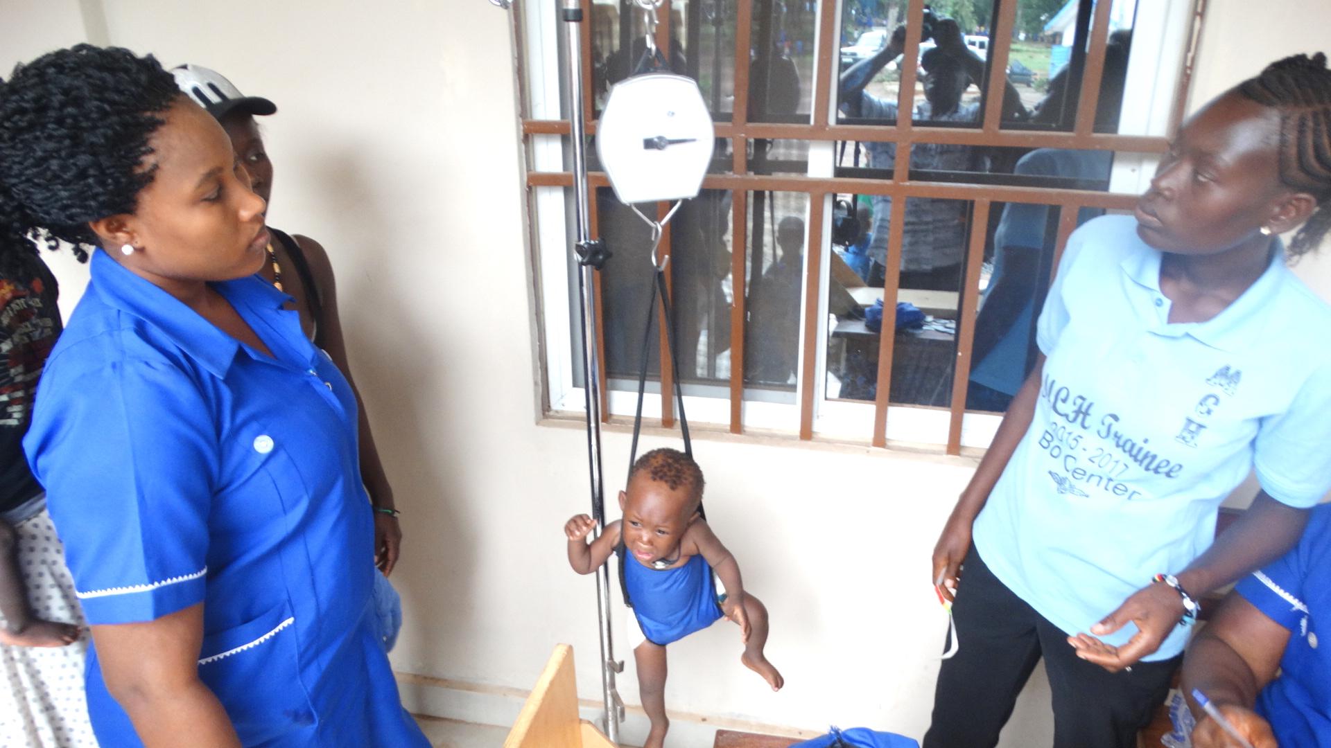 시에라리온의 보우에 있는 연합감리교 자선병원 의료진이 어린아이 몸무게를 재고 있다. Photo by Phileas Jusu, UMNS.