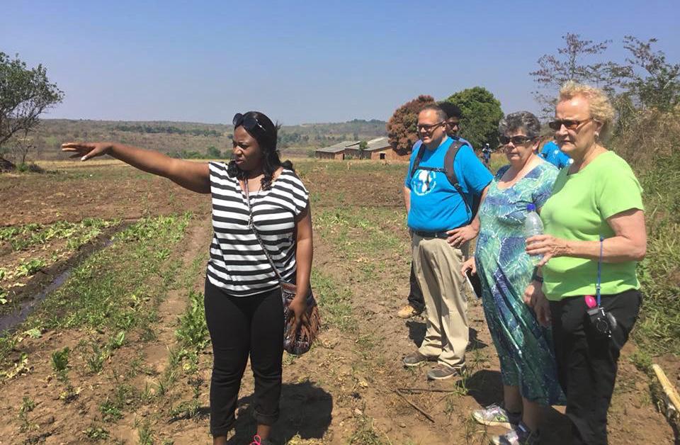 짐바브웨 출신 선교사 로레인 챠린다는 서오하이오연회에서 온 방문객들에게 콩고 북카탕가의 카미삼바 농장을 보여주고 있다. 서오하이오연회는 북카탕가연회와 탄가니이카연회와 자매결연을 한 연회이다. 사진 제공 로레인 챠린다