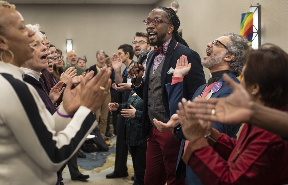 "The singing of ""This Little Light of Mine"" opens a Feb. 22 gathering on the eve of the 2019 General Conference that featured openly gay delegates and others supporting full inclusion of LGBTQ people in The United Methodist Church. The Rev. Jay Williams (center) led the singing and also moderated a panel discussion. Photo by Kathleen Barry, UMNS."