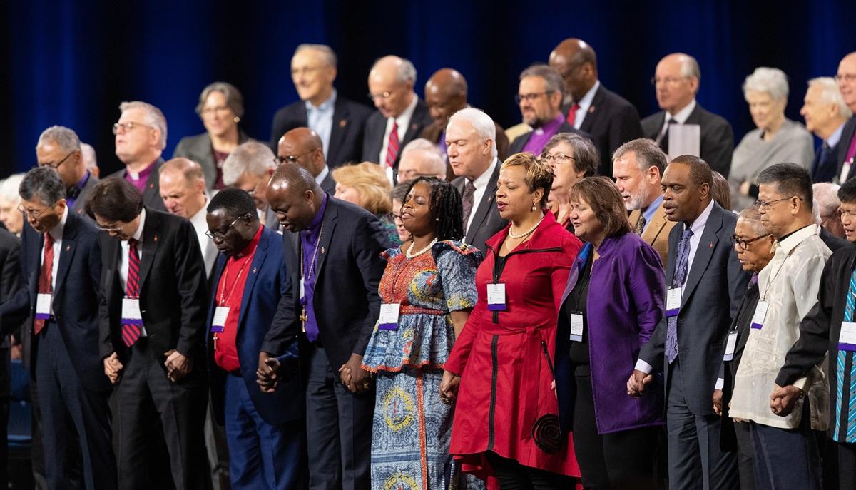 Les évêques Méthodistes Unis se tiennent la main dans la prière lors d'une journée de prière pour la Conférence Générale de l'Eglise Méthodiste Unie de 2019 à Saint-Louis. Photo de Mike DuBose, UMNS.