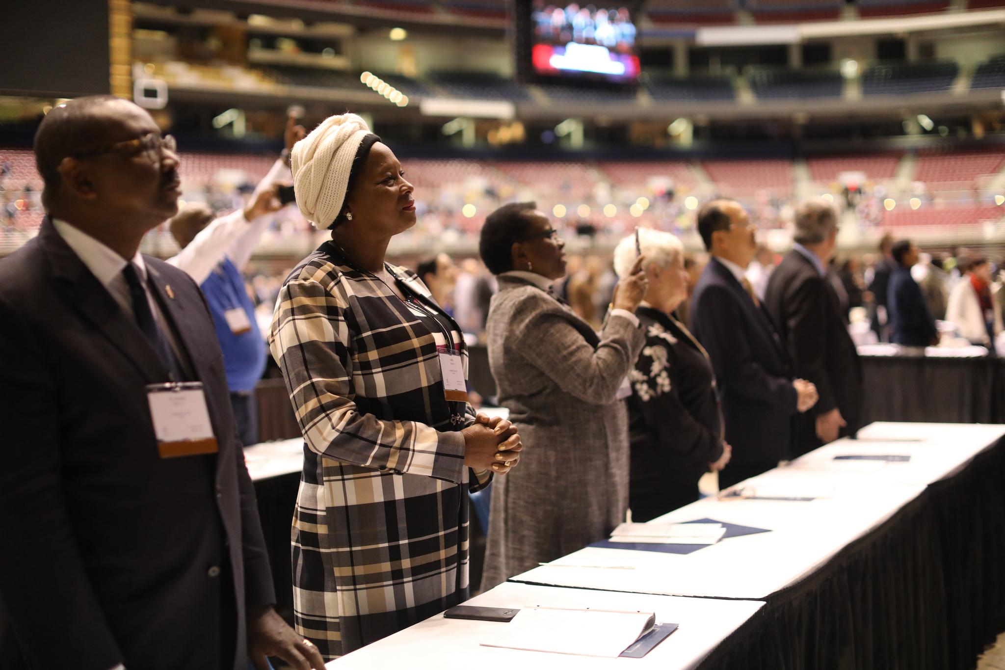 Les membres du Conseil Judiciaire lors de la matinée de prière du 23 février pendant la session extraordinaire de la Conférence Générale de l'Eglise Méthodiste Unie de 2019 à Saint-Louis. Photo de Kathleen Barry, UMNS.