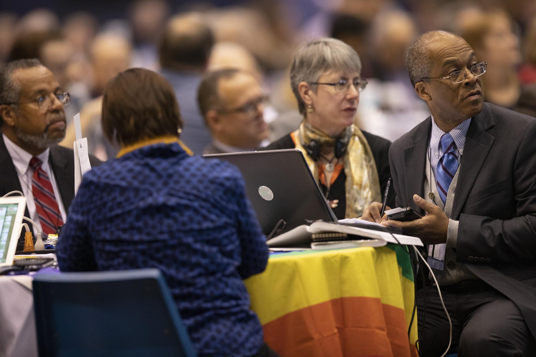 Les délégués écoutent et se préparent à voter ce 25 Février lors de la Conférence Générale   2019 de l'Eglise Méthodiste Unie à l'intérieur du Dôme, de l'America's Center à St. Louis.   Photo de Kathleen Barry, UMNS.