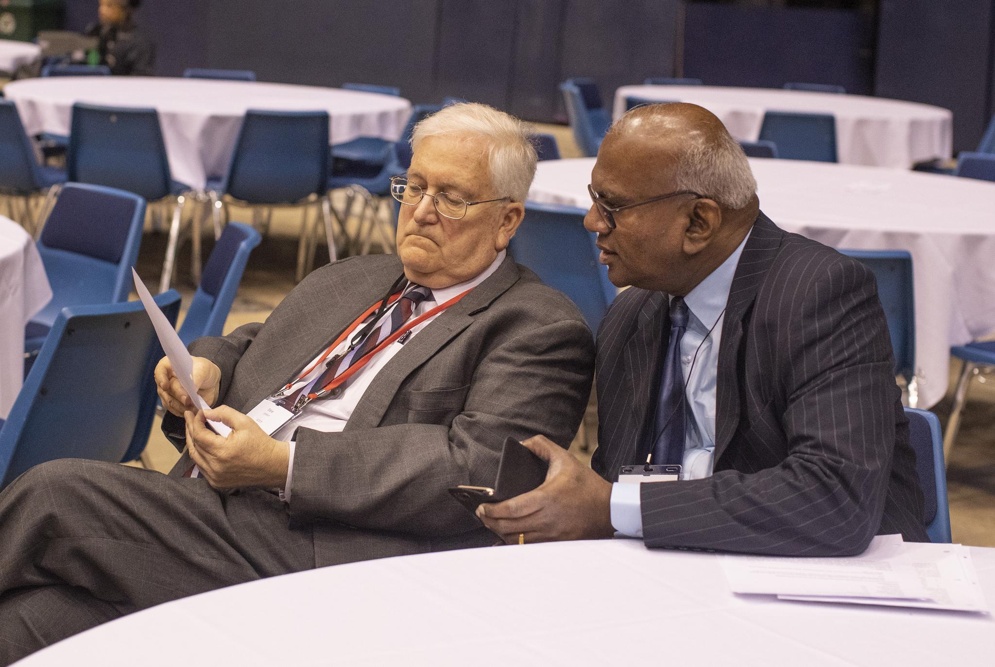 Steven Lambert (à gauche), avocat général, et A. Moses Kumar, secrétaire général et trésorier,   tous deux du Conseil Général des Finances et de l'Administration, écoutent attentivement lors   de la Conférence Générale 2019 de l'Eglise Méthodiste Unie à St. Louis, le 25 Février. Photo   de Kathleen Barry, UMNS.