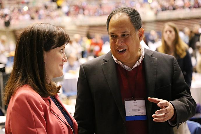 Los/as delegados/as, la Revda. Jessica LaGrone y Oscar Garza discuten la legislación durante la Conferencia General 2019. Foto de Brant Mills, cortesía de la Conferencia Anual de Tejas.