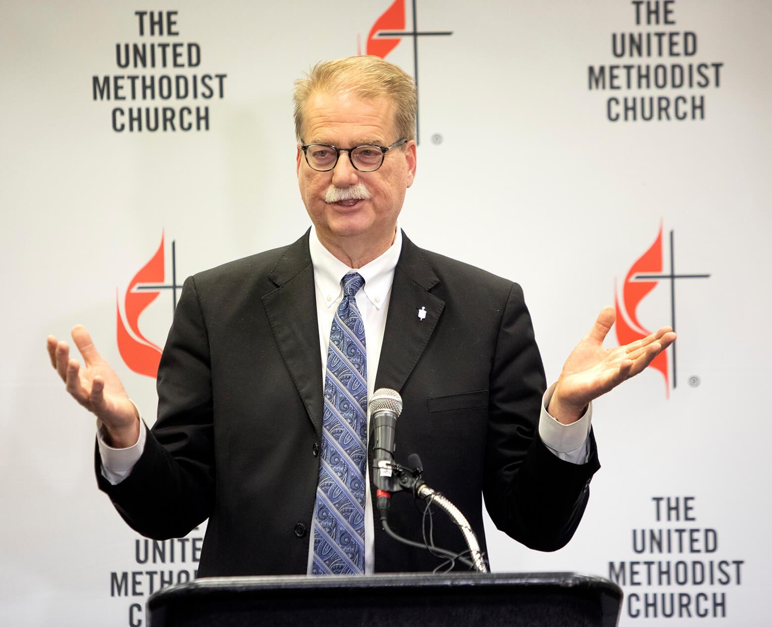 """O bispo Kenneth H. Carter fala à imprensa após o encerramento da Conferência Geral de 2019 em St. Louis. Em um webinar de 1º de março para a Conferência da Flórida, Carter afirmou: """"Nosso interesse é na cura da igreja"""". Foto de Kathleen Barry, SMUN."""