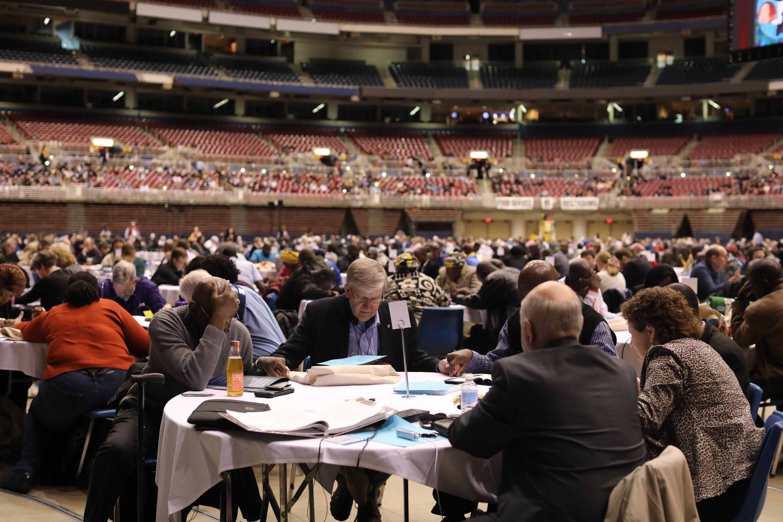 Los/as delegados/as hicieron una pausa para orar el pasado 23 de febrero, durante el Día de Oración y Preparación para la ultima sesión de la Conferencia General Especial 2019 de La Iglesia Metodista Unida , llevada a cabo en San Luis. Foto por Kathleen Barry, SMUN.