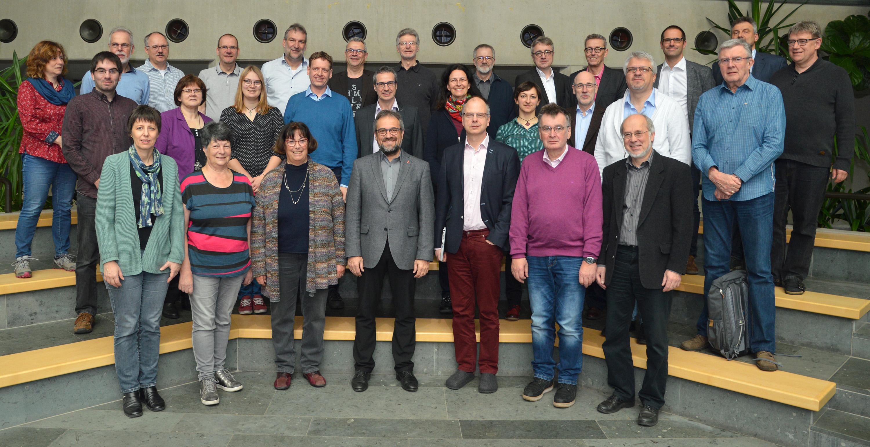 """O comitê executivo da Igreja Metodista Unida na Alemanha se reúne para uma foto durante sua reunião em Fulda. O comitê divulgou uma declaração dizendo que """"as estipulações do Plano Tradicional não são aceitáveis para nossa igreja na Alemanha"""". Foto por Klaus Ulrich Ruof."""