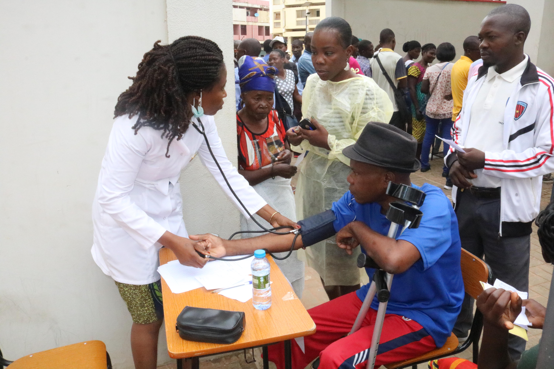 Dra Joana Fernandes, medindo tensao arterial a um paciente na feira de saude organizada pela Associação de Saúde da Juventude da Igreja Metodistas Unidos (ASJIMU)a 04 de  Fevereiro de 2019, no Municipio de Malange.