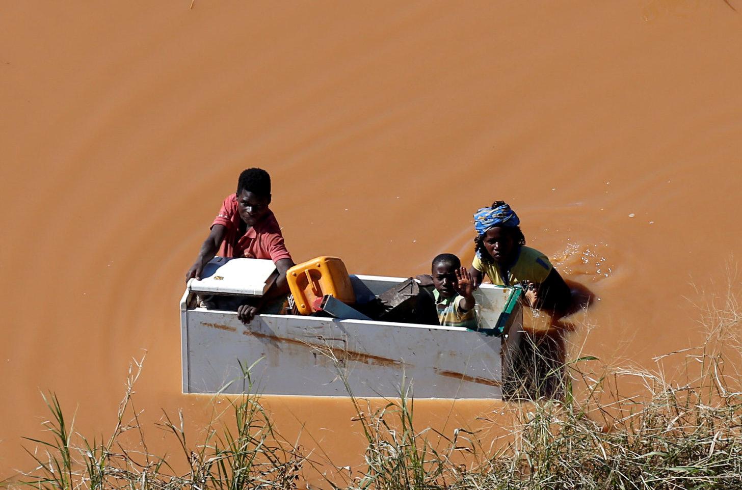 Uma criança é transportada dentro de um frigorifico vazio durante as cheias depois do Ciclone Idai, no Buzi, fora da Beira, Moçambique. A Comissão de Assistência da Metodista Unida atribuiu três subvenções de $10.000 para financiamento imediato e de emergência a curto prazo para satisfazer as necessidades humanas básicas das pessoas afectadas em Moçambique, no Zimbabué e no Malawi.  Foto de Siphiwe Sibeko, REUTERS
