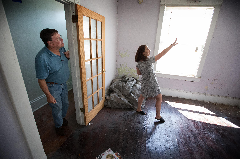 앤 해몬드가 배리 스타이너 볼 목사에게 서버지니아주, 클락스버그에 위치한 연합감리교회 부지 안에 있는 오래된 집을, 중독 문제를 가진 여성들을 위한 <회복하우스>로 개조하려는 계획을 설명하고 있다. 사진 Mike DuBose, UMNS.