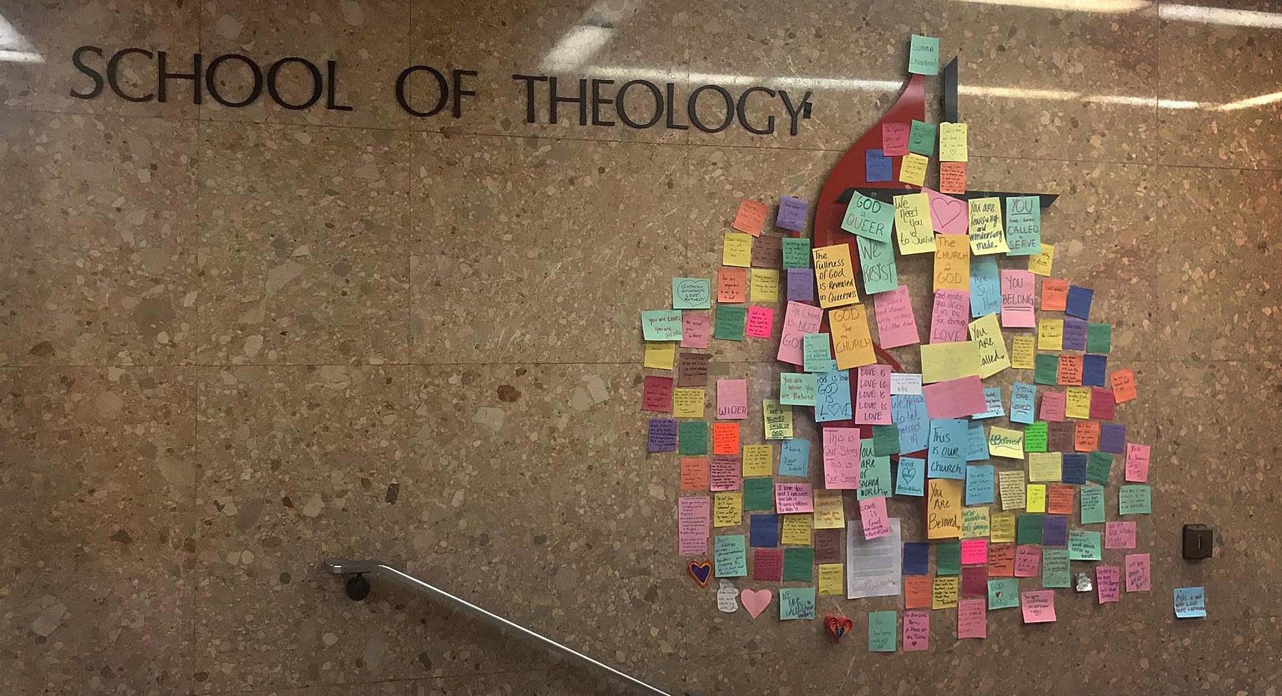 Los mensajes de apoyo a los/as estudiantes LGBTQ cubren la cruz y la llama metodista unida en un pasillo de la Escuela de Teología de Boston, después de que la Conferencia General Especial votara para ratificar y fortalecer las reglas de la denominación contra el clero gay y las bodas entre personas del mismo sexo. Foto por Anastasia Kidd, Escuela de Teología de Boston.