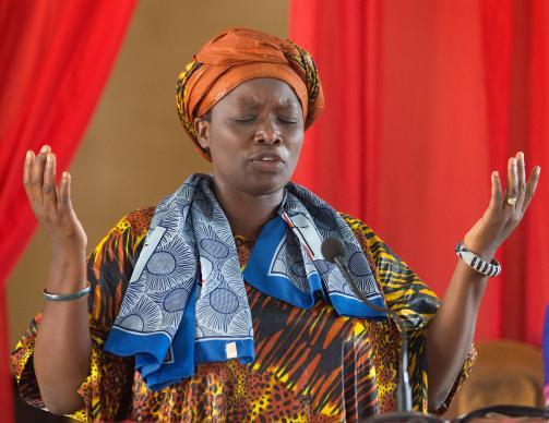 A reverenda Esther Kachiko Furaha ora durante o culto na Igreja Metodista Unida de Nova Jerusalém, em Uvira, no Congo, em 2015. Os cristãos entendem a oração como uma comunicação espiritual com Deus. Foto de arquivo por Mike DuBose, UMNS.