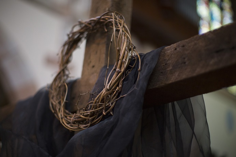 Une couronne de fleurs et une croix drapée symbolisent la crucifixion du Christ lors du service du vendredi saint. Photo de Kathleen Barry, United Methodist Communications. Communications méthodistes. Première publication le 9 avril 2019.