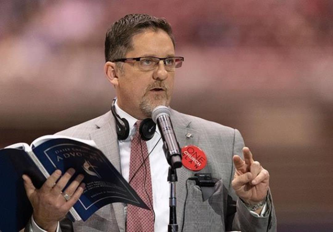 그레이트플레인즈연회의 마크 홀랜드 목사가 2019년 특별총회에서 발언하고 있다. 사진 마이크 두보스, UM News.