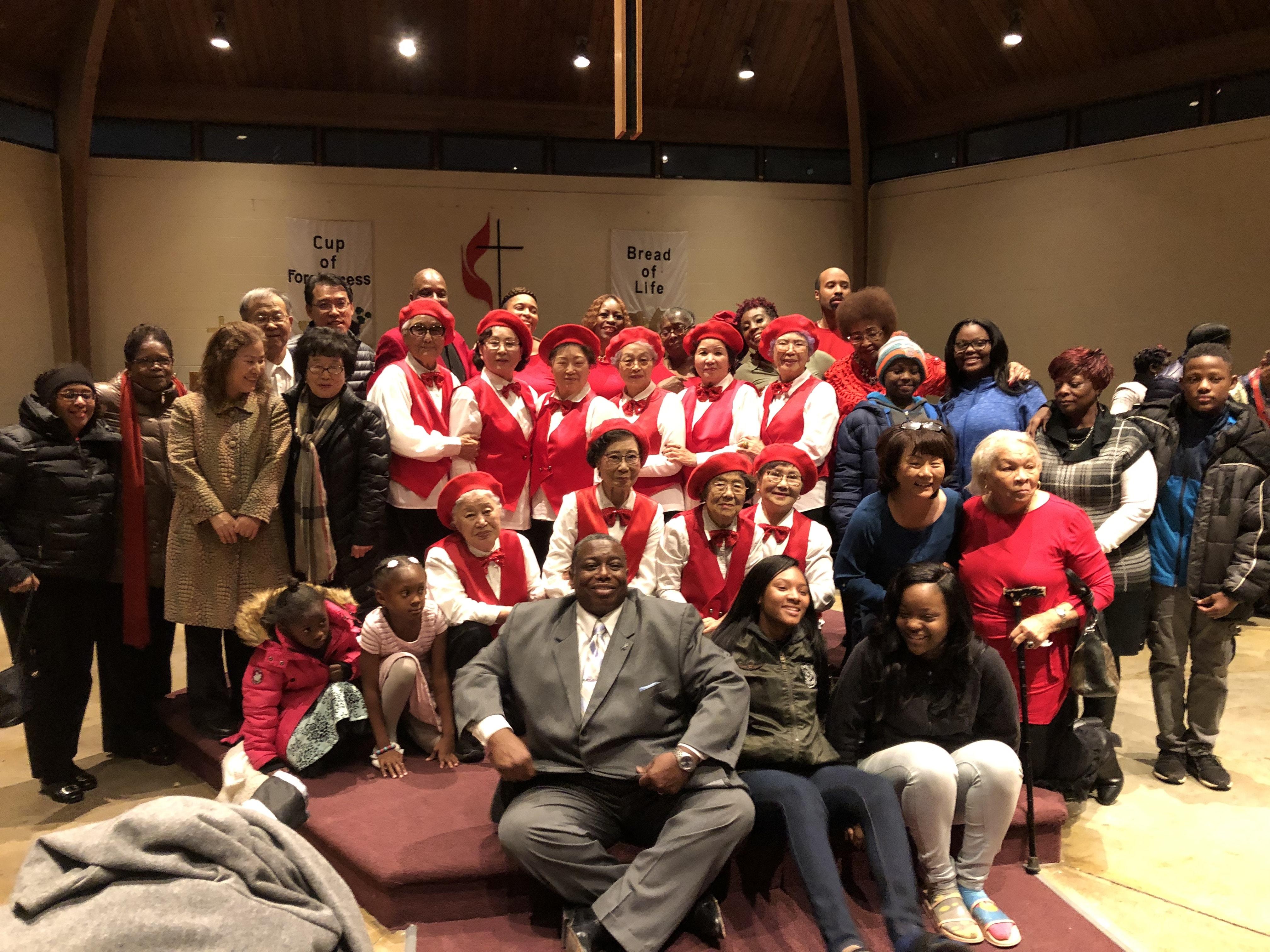 시카고 플라스키 노인 아파트에 거주하는 평균 연령 80세의 한인들로 구성된 하모니카 합주단이 Englewood-Rust UMC Choir Music Festival에서 공연 후 교인들과 자리를 함께 했다. 사진 제공 그레이스 오 목사, 잉글우드 러스트 연합감리교회.