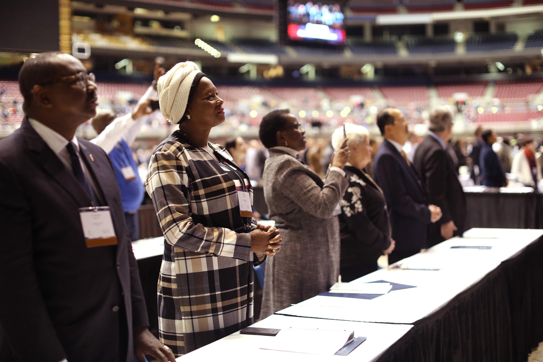 Los miembros del Concilio Judicial participan en la mañana de oración del 23 de febrero en la Conferencia General Especial de 2019 celebrada en San Luis. Foto de archivo por Kathleen Barry, SMUN.