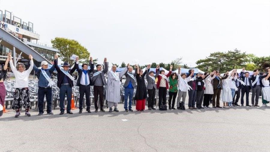 남북 간 500킬로미터 비무장 지대에서 <평화인간띠운동>에 참여한 사람들이 다 함께 손을 잡았다. 사진 제공, 박종천 목사.