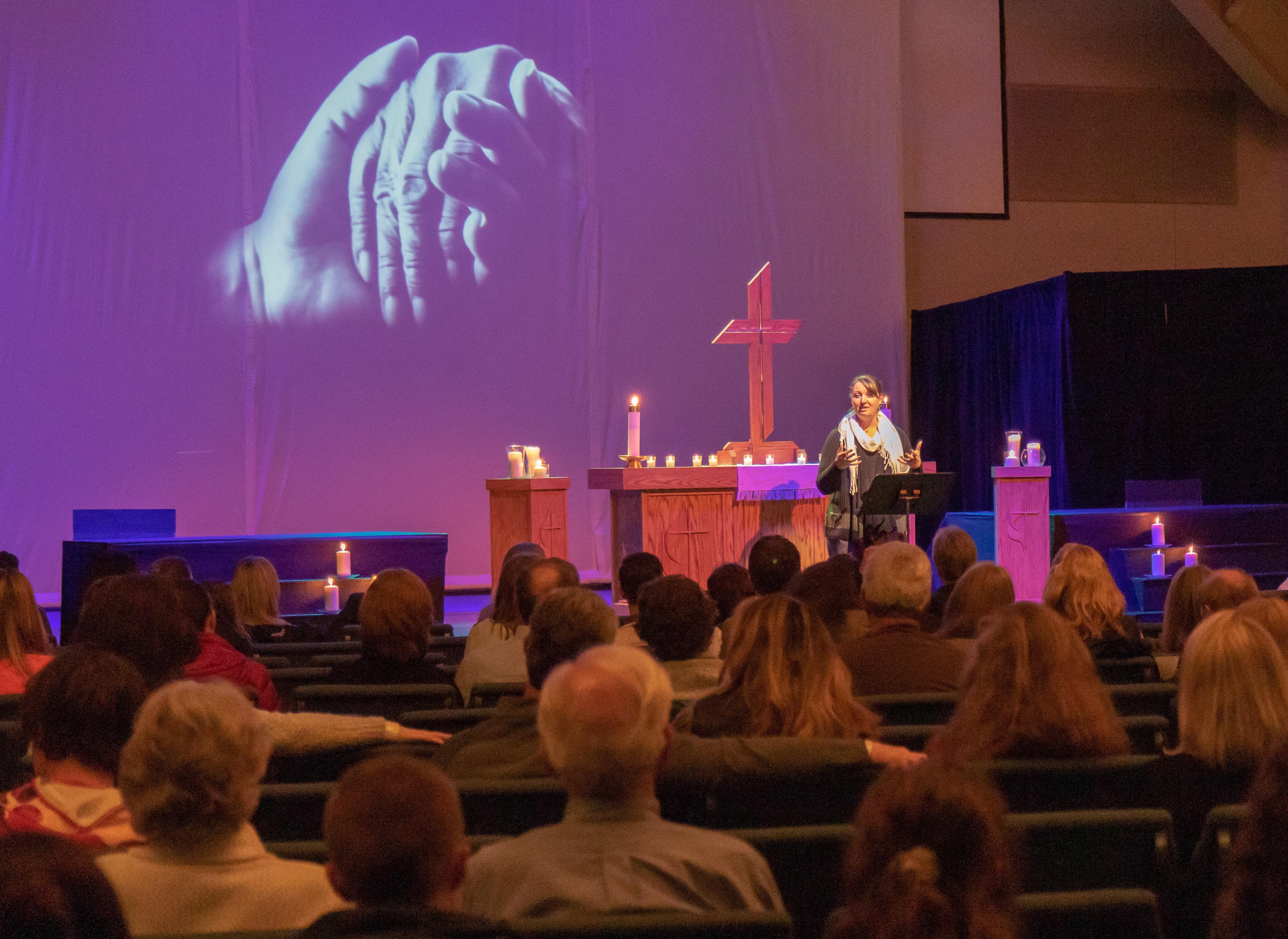 La Revda. Jessica Rooks, pastora de la Iglesia Metodista Unida de San Lucas en Highlands Ranch, Colorado, habla el 7 de mayo durante una vigilia con velas después del tiroteo en la escuela. Foto por Ken Fong, Iglesia Metodista Unida de San Lucas.