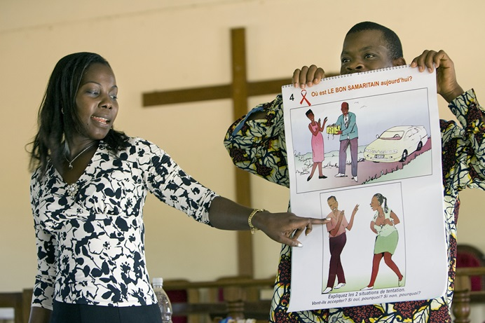 An educator from the Alliance Biblique de Côte d'Ivoire conducts a public health lesson on AIDS in the sanctuary at Jerusalem Parish United Methodist Church in Yamoussoukro, Côte d'Ivoire in this November 2008 file photo. Preventive education is among the topics that will be discussed during the United Methodist Global HIV/AIDS Committee West Africa Summit May 19-21 in Abidjan. File photo by Mike DuBose, UMNS.