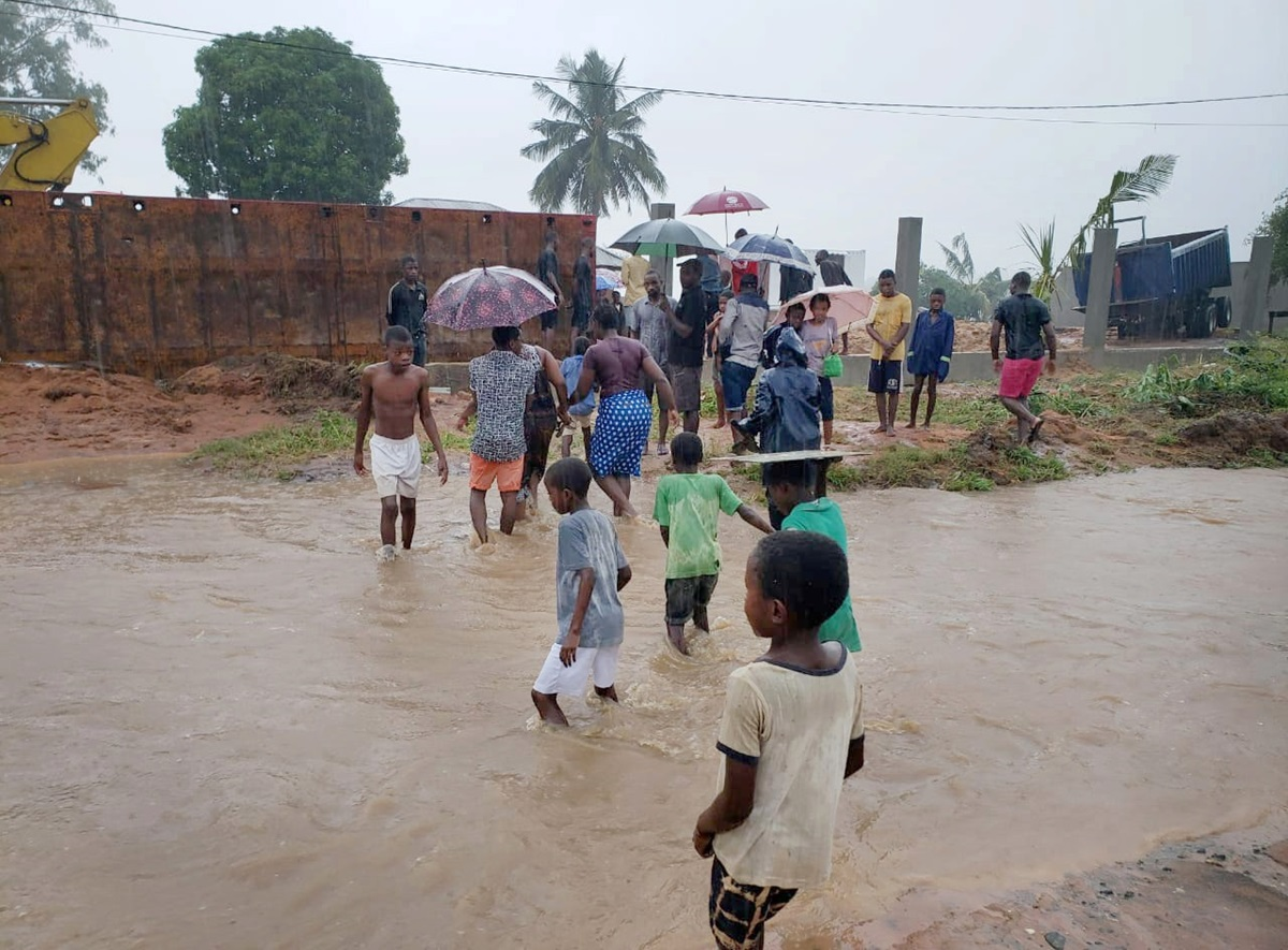 People wade through floodwaters following Cyclone Kenneth, which hit the Cabo Delgado province of Mozambique in late April. Photo by Saviano Abreu, United Nations Office for the Coordination of Humanitarian Affairs.