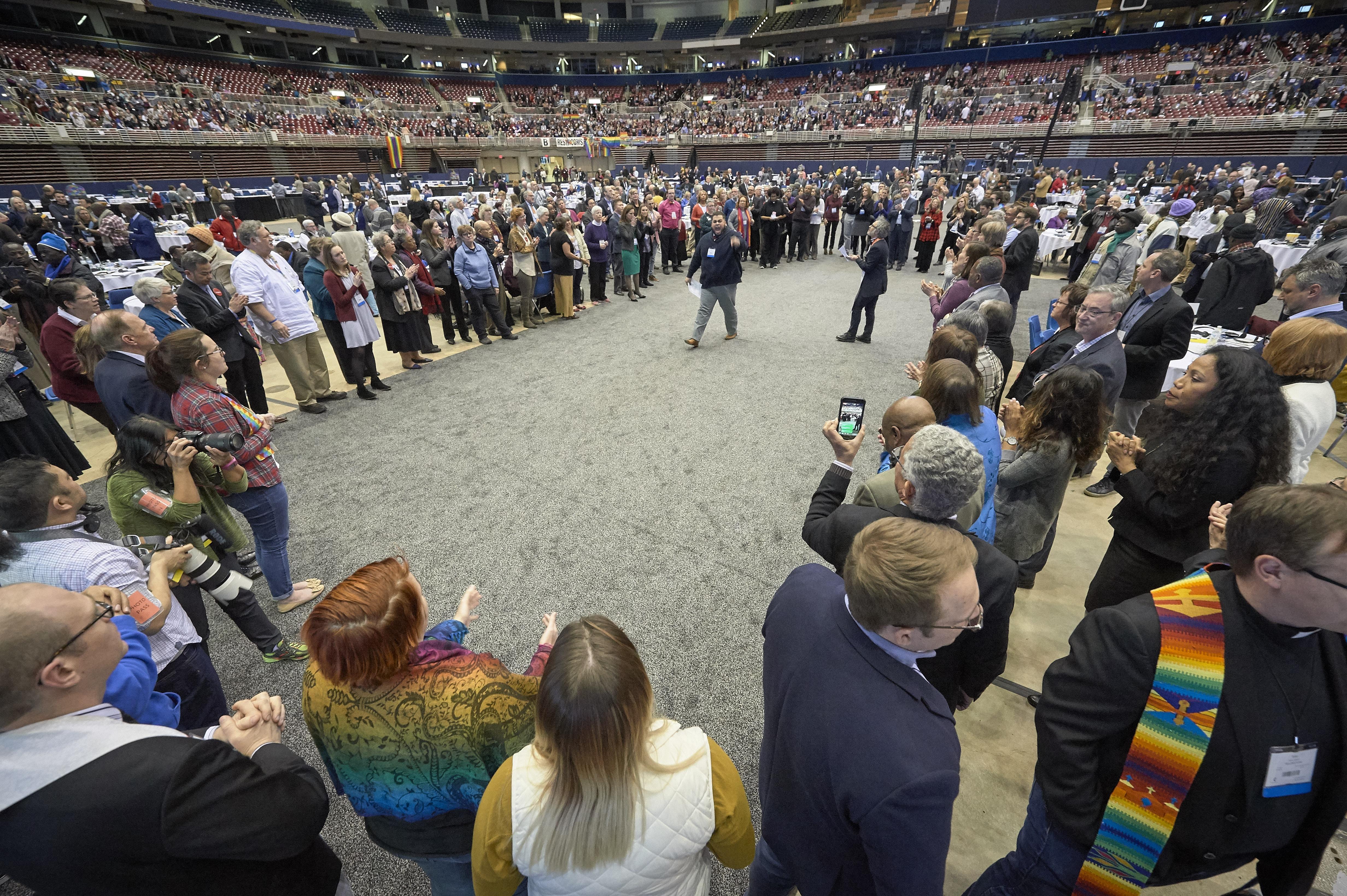 Después de la votación del 26 de febrero de 2019 que fortalece la aplicación de las políticas de la iglesia sobre la homosexualidad, Ian Urriola delegado de Nueva York, habló a otros delegados que, en protesta, formaron un gran círculo en el centro del piso de la plenaria. Foto por Paul Jeffrey, Noticias MU.