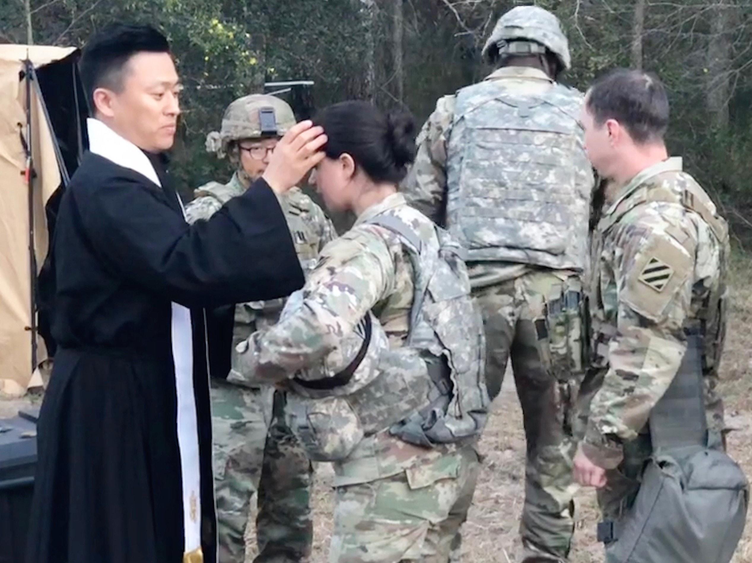 이두수 목사가 사격 훈련 중인 군인들과 함께 재의 수요일 예배를 드리고 있다. 사진 제공 이두수 목사.