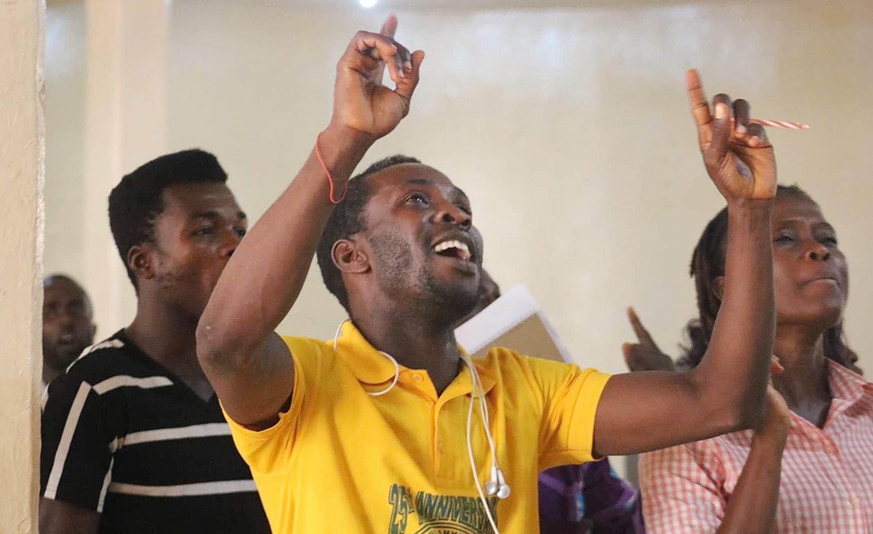 Os jovens cantam durante o Fórum da Próxima Geração em Monróvia, na Libéria. O evento de 22 de abril enfocou o futuro dos jovens na igreja. Foto de E Julu Swen, Notícias MU.