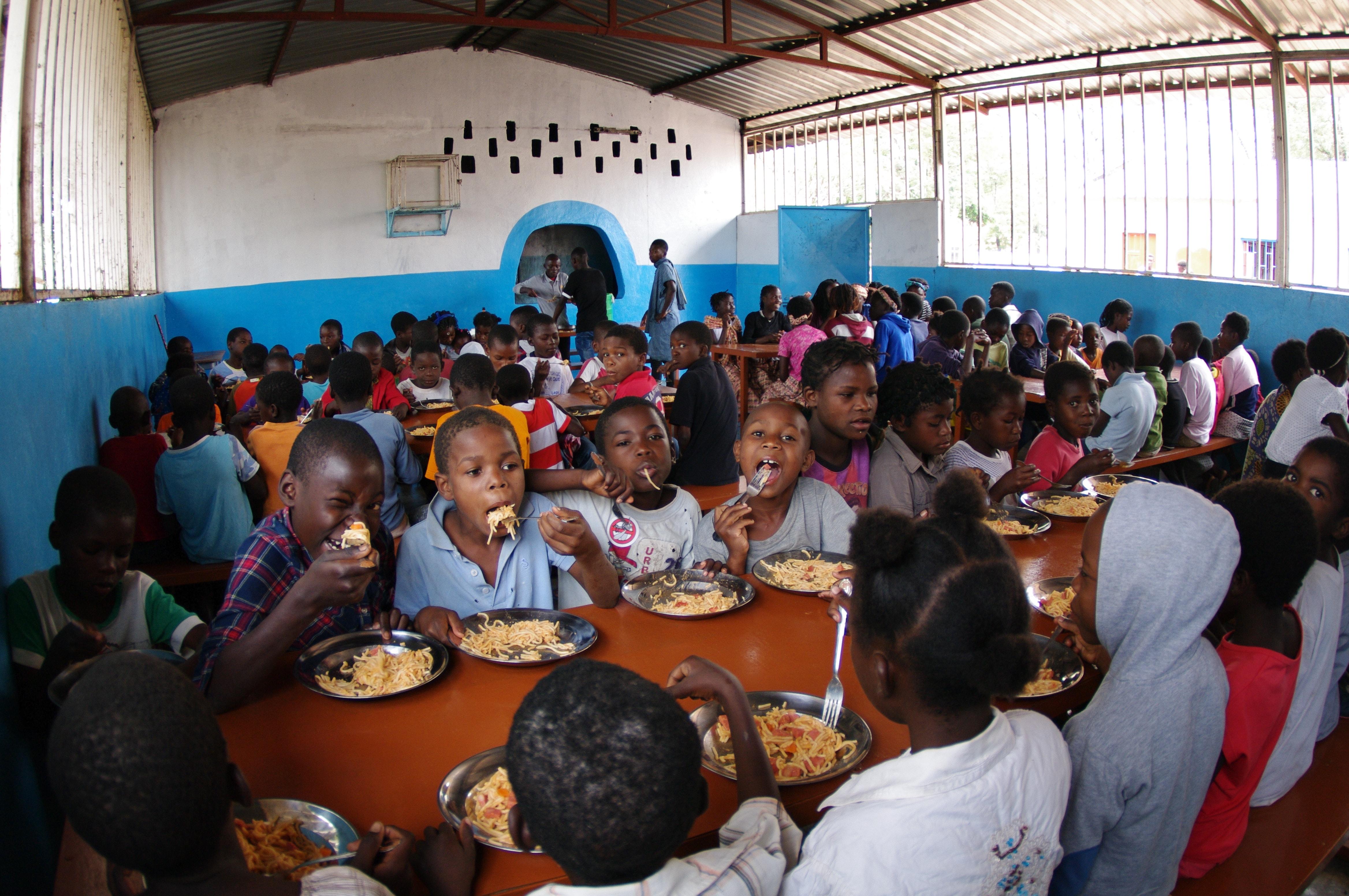 Cientos de niños reciben cada domingo un almuerzo balanceado, después del culto. Este programa con la nutrición infantil y la educación sanitaria. Foto: Rev. Gustavo Vasquez, Noticias MU.