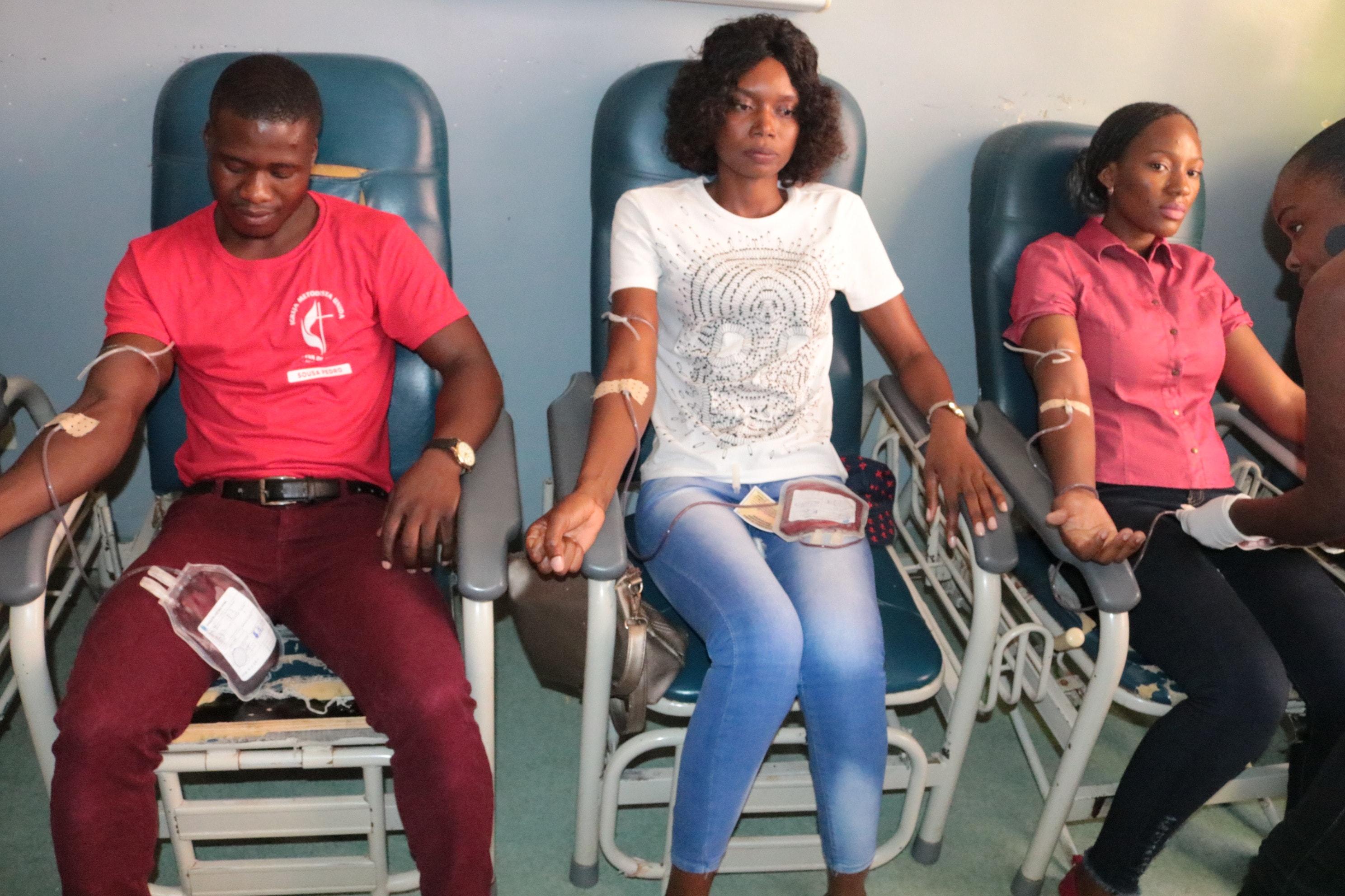 Sousa Pedro, Conceicao  Dias e Moisa Perreira fazendo a transfusao: Foto de Joao Nhanga