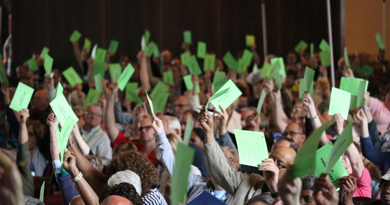 Clérigos e leigos da Conferência East Ohio usam seus cartões de votação durante a conferência anual de 2019 realizada na Lakeside Chautauqua. Eles usam cartões para votar em moções, resoluções e petições, mas realizam votação secreta para as eleições dos delegados. A conferência elegeu uma diversidade de delegados que apoiam e que se opõem ao Plano Tradicional. Foto de Brett Hetherington, comunicações da Conferência Anual East Ohio.