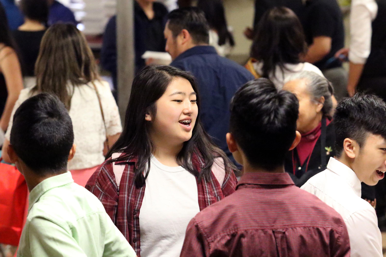 젊은이들이 <크라이스트웨이연합감리교회>의 친교실을 가득 채웠다. 한때, 이 교회는 부족한 재정 지원을 걱정했지만, 이제 그들은 늘어나는 교인들을 수용할 수 있는 주일학교 교실과 주차 공간 부족을 해결을 걱정한다. 사진 김응선 목사, UM News.