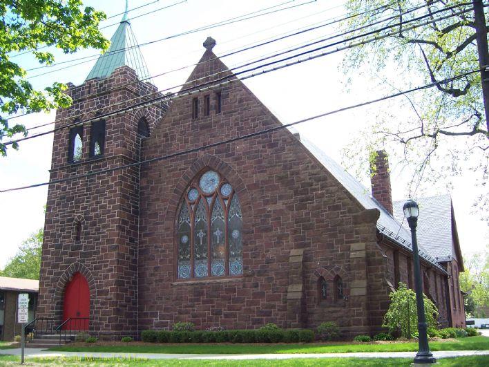 """A polícia disse que um homem do Tennessee invadiu uma igreja em Milford em 1º de julho de 2019 e danificou a porta do escritório porque acreditava que a igreja e seu pastor """"apoiavam e promoviam a agenda LGBT"""". Charles Yarbrough, 30, de Nashville, foi acusado de um crime de ódio, roubo e crime de propriedade. A Igreja Metodista Unida (IMU) Mary Taylor Memorial, no centro de Milford, proclamou que recebe membros da comunidade LGBTQ. Foto de Stock UMCOM."""