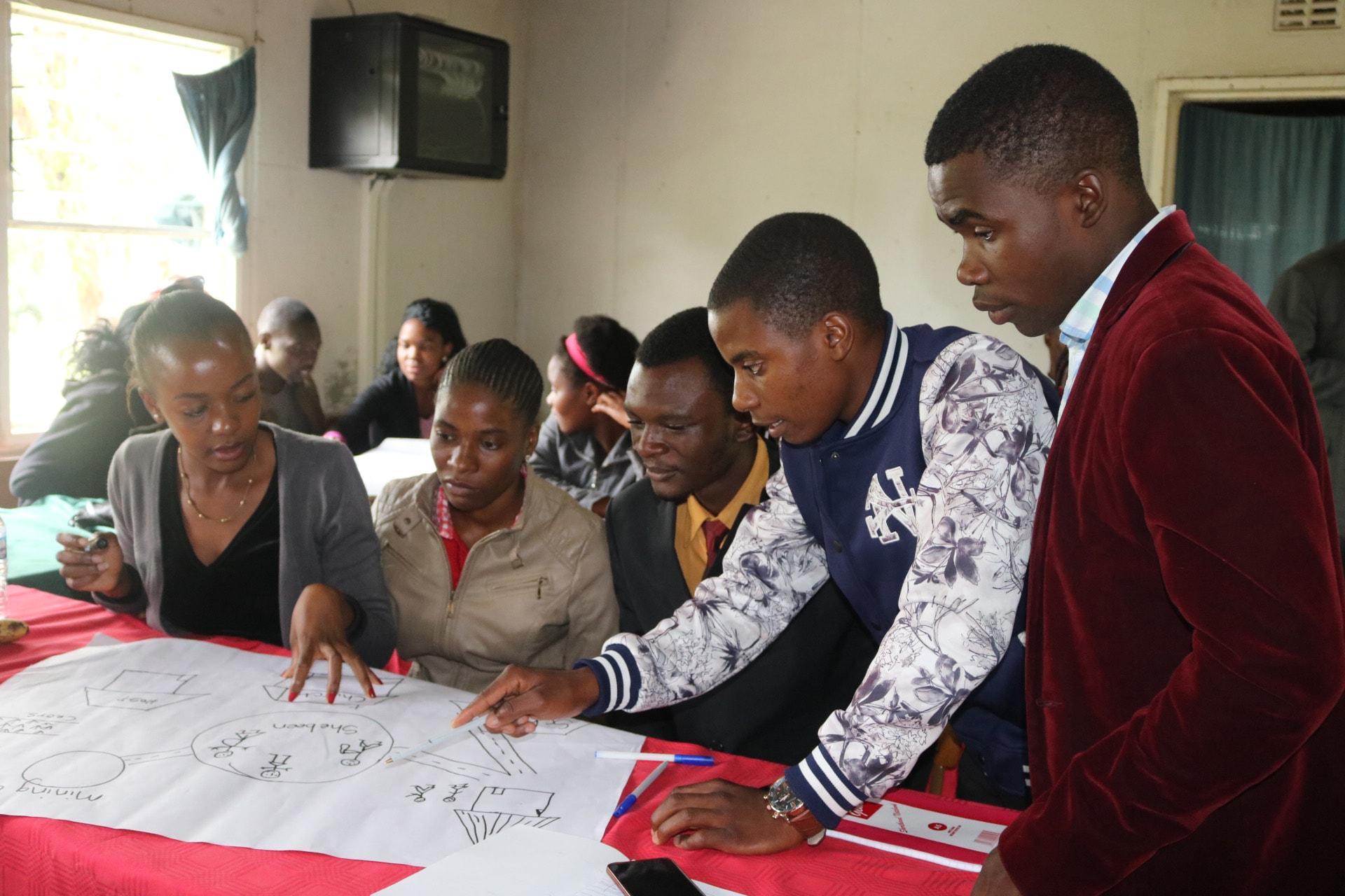Des jeunes de la Conférence annuelle de l'Est du Zimbabwe participent, à des activités de travail en équipes dans le cadre de leur formation en vue de promouvoir des communautés sans drogue. Photo de Eveline Chikwanah, UM News.