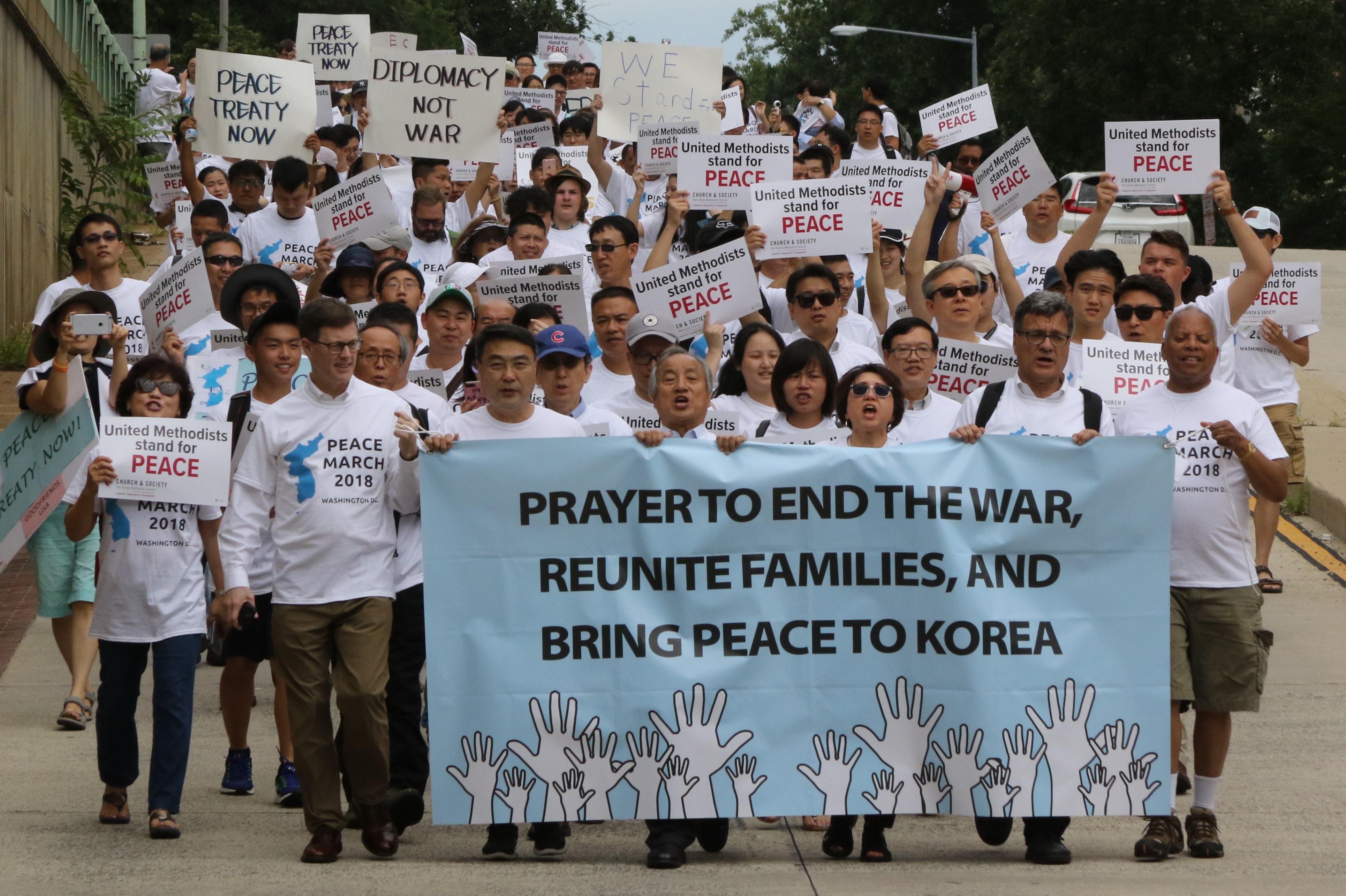 2018년 8월 와싱턴DC에서 열린 평화축제 참석자들이 전쟁상태 중단, 가족 상봉, 그리고 한반도의 평화를 위한 기도를 촉구하며 행진하고 있다. 사진 김응선 목사, 연합감리교회 뉴스.