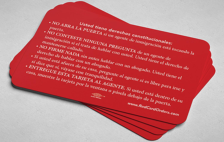 El Centro de Recursos Legales de Inmigración ha editado una tarjeta de color rojo, donde se exponen breve y claramente los derechos de las personas inmigrantes, de manera que puedan tener esta información a mano en el momento que la necesiten. Foto cortesía del Centro de Recursos Legales de Inmigración.